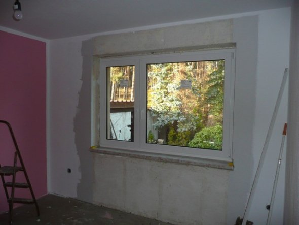 helle Decken und helle Fenster lassen so einen kleinen Raum gleich viel größer erscheinen.