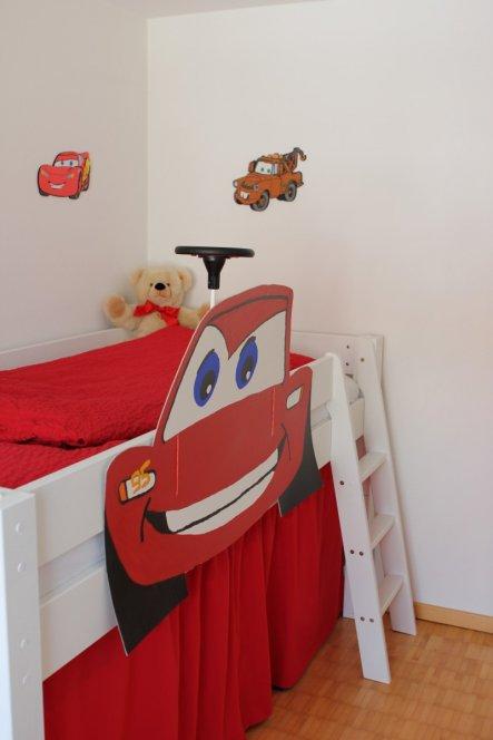 Das Bett kann als Halbhochbett (so wie derzeit) und als Hochbett (mit einem Zwischenstück und längerer Leiter) aufgebaut werden.