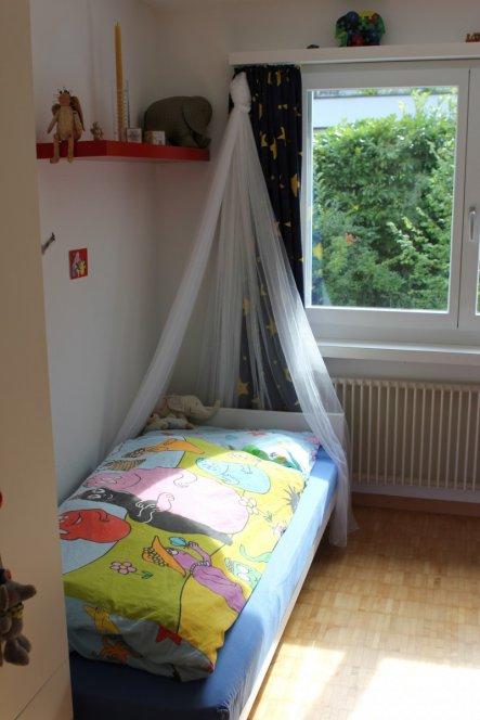 Das Bett, etwas mädchenhaft umrahmt...
