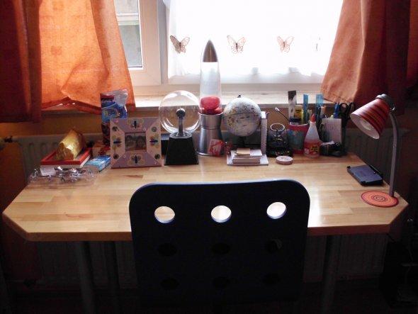 Als Schreibtisch verwende ich einen normalen Holztisch und einen blauen Schreibtischstuhl der aus dem IKEA stammt!
