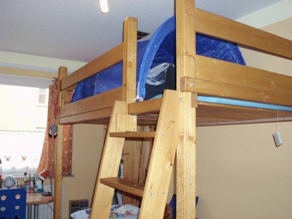 Das ist mein Hochbett. Das blaue Baldachin macht es dort oben so richtig schön gemütlich ;)