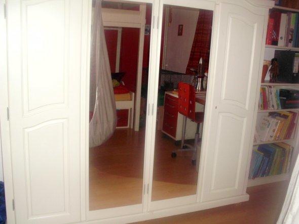 Schrank mit Spiegeltüren. Hier habe ich alles (bis auf Bücher) untergebracht. Klamotten, Spielzeug: Eben alles!