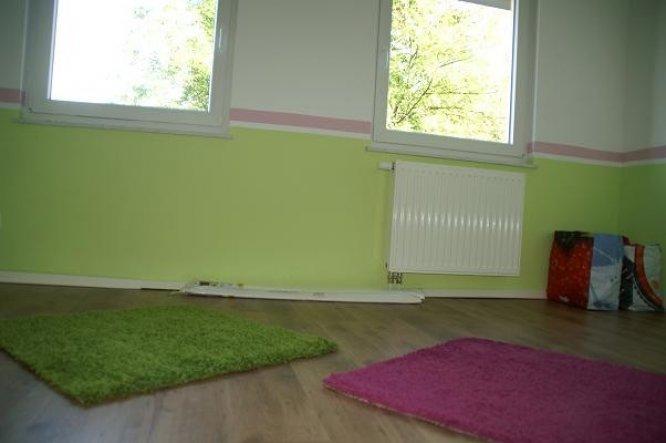 Nun liegen auch die beiden kleinen Teppiche. Unsere Maus gewöhnt sich Tag für Tag mehr an ihr Zimmer.