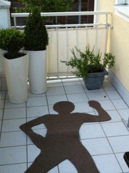 Braunen Teppichrasen kaufen, drauflegen und mit Edding aufzeichnen. Mit einer guten Schere ausschneiden und fertig ist die Teppichleiche. (Der Basilik