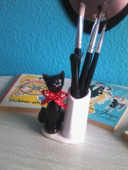 Diese kleine Katzenvase aus den 50ern bewacht meine kleinen Schminkpinselchen. Ein Flohmarktschnäppchen!