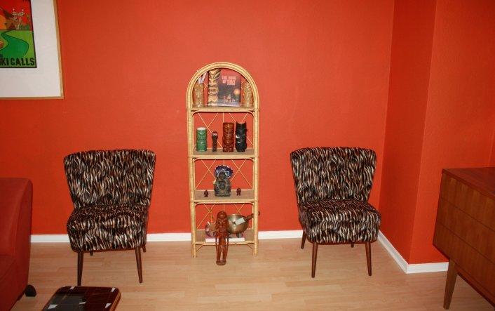 Meine Sessel sind da! Wenn keine Besucher da sind die drauf sitzen, stelle ich sie platzsparend an die Wand :-)