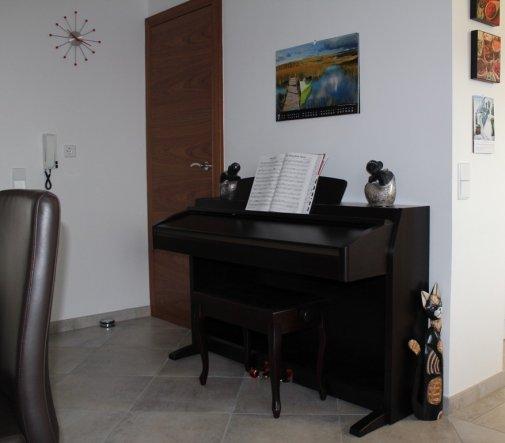 Auf der anderen Seite steht das E-Piano und man sieht eine Tür, da gehts in die Speis.