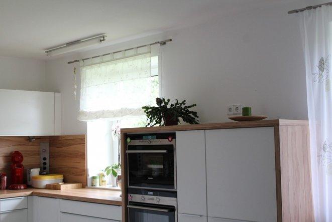 Eine Küche zum kochen, backen und zum Fenster raus schauen.