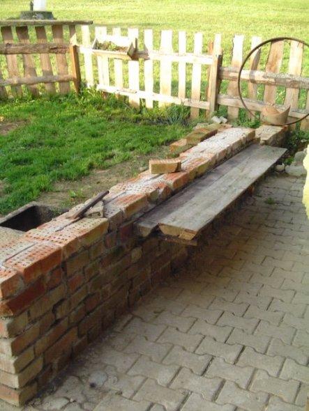 Die Terassenmauer mit integrierter Sitzbank wird noch etwas höher und am hinteren Ende wird noch ein selbstgebauter Grill entstehen!