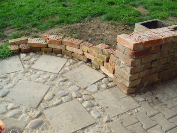 Die Mauerrundung wird noch der Endhöhe der Hauptmauer angepasst, und wird dann zum Garten auslaufend abgestuft.