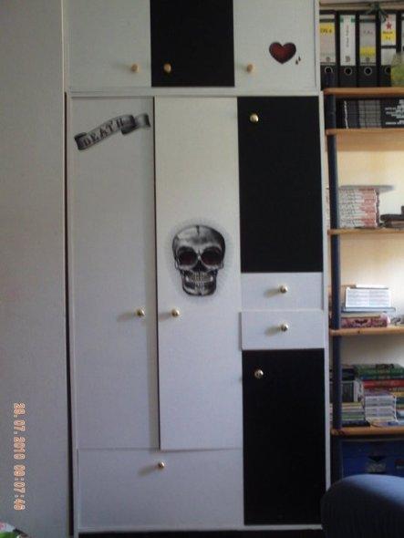 Dieser Schrank war einstmals Buchefarben und schon etwas in die Jahre gekommen.Mit etwas Buntlack in schwarz und weiß und coolen Wandstickern ist er n