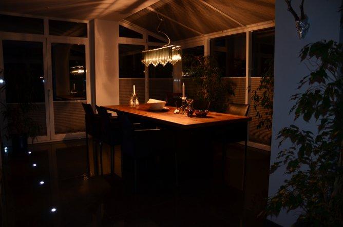 Das Esszimmer am Abend.