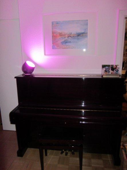 Mein wunderschönes dunkelrotes Klavier (dunkle Kirsche). nach 10 Jahre habe ich es endlich aus meinem Elternhaus zu uns geholt. Die Lampe ist der Hit.