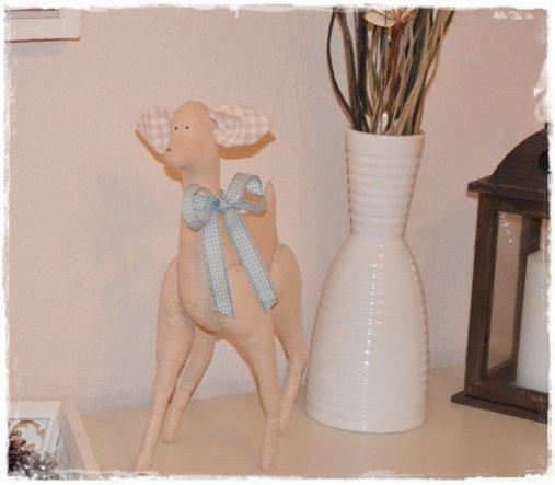 Gestern habe ich endlich das Tilda-Bambi genäht. Leider ist es etwas sehr wackelig auf den Beinen, aber das ist ja bei neugeborenen Rehkitze immer der