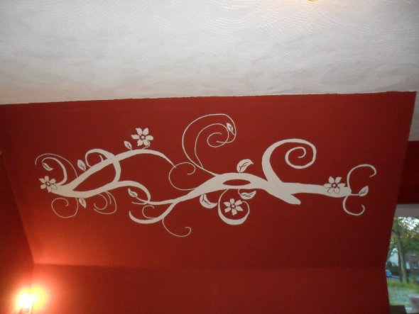 Ein selbstgemaltes Wandtattoo verschönert die Schräge der Wand enorm