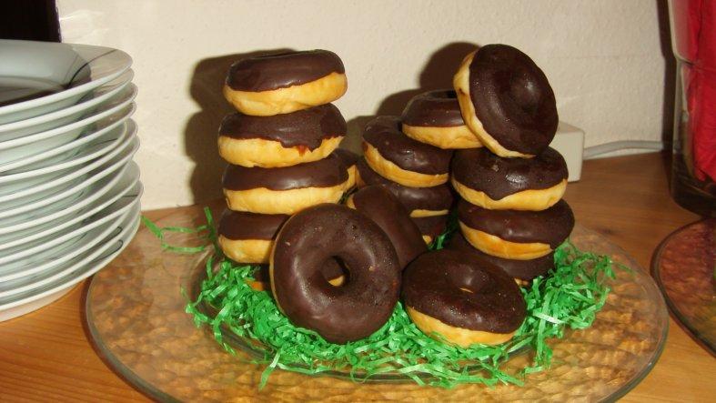 Mini-Schoko-Donuts als Reifenstapel