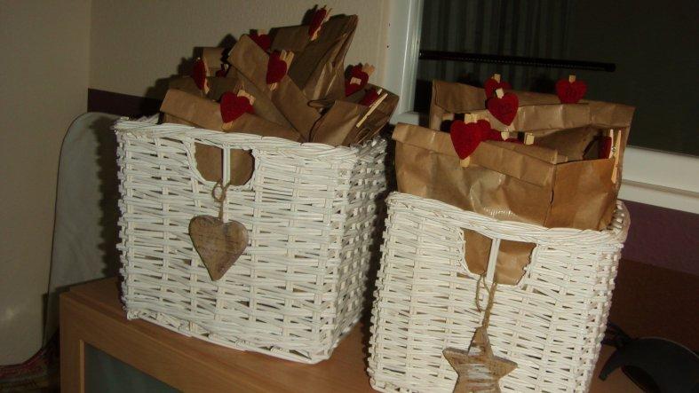 Und das war der Adventskalender von mir uns meinem Mann. Wir haben einfache braune Gebäckstüten gefüllt.
