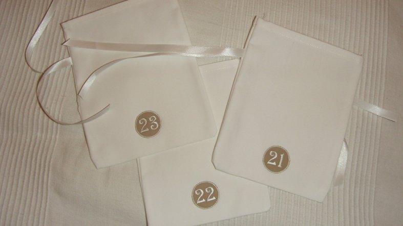 Einfache weiß Säckchen mit Nummerierungen (die habe ich bei dawanda bestellt).