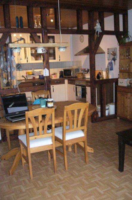 Küche ist durch ein offenes Fachwerk von Wohn/Esszimmer getrennt
