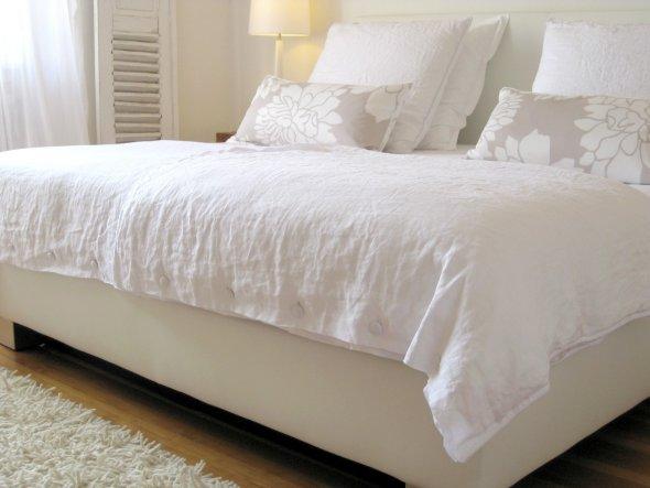 Boxspringbett, weißes Rindsleder, 2 x 2 m, Liegehöhe ca.68 cm. Unglaublicher Schlafcomfort!
