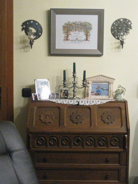Über dem Sekretär hängt ein Stickbild, das ich meinem Mann zu unserer Silberhochzeit gestickt und passend rahmen habe lassen.