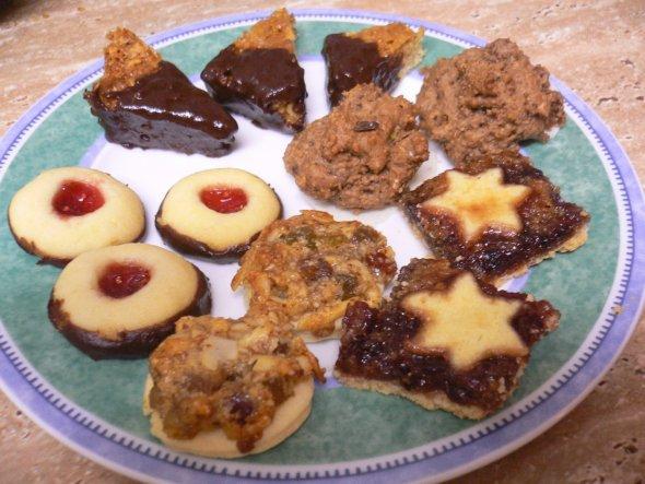 Heute habe ich fünf Sorten geschafft: Engelsaugen (die runden mit   dem Marmeladenauge), Nussecken (halb mit Schoko), Rosinenmakronen, Florentiner und