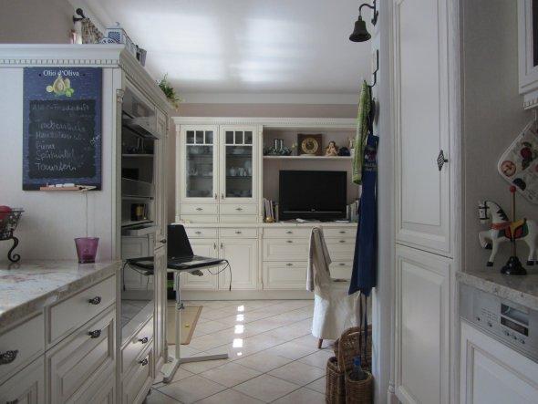 Der Blick von der Küche auf einen Teil des Esszimmerbuffets