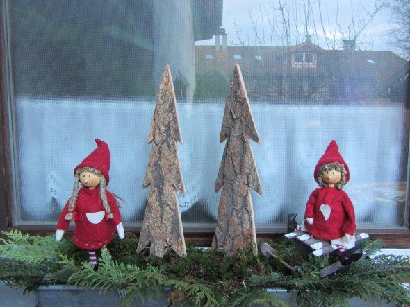 Die Weihnachtswichtel am Treppenhausfenster außen
