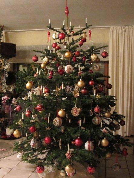Auch dieses Jahr hängt viel selbstgearbeiteter Christbaumschmuck am Baum