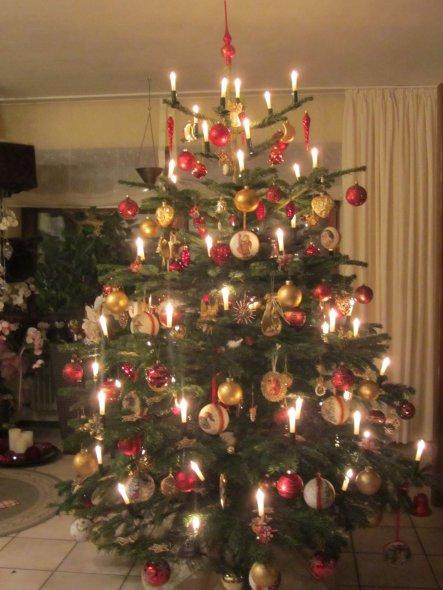 Unser Christbaum ist mit vielem handgearbeiteten Schmuck behängt und besteckt.