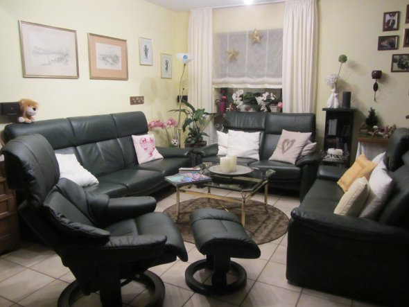Viel Platz ist wichtig - wir sind eine große Familie und haben gerne Besuch. Auf diesem Foto kommt die Farbe der Couch und des Stressless-Sessels nich