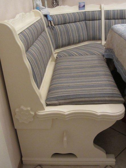 Eckbank in neuem Kleid - abgeschliffen, grundiert und mit Acryllack gestrichen, sowie frisch gepolstert.