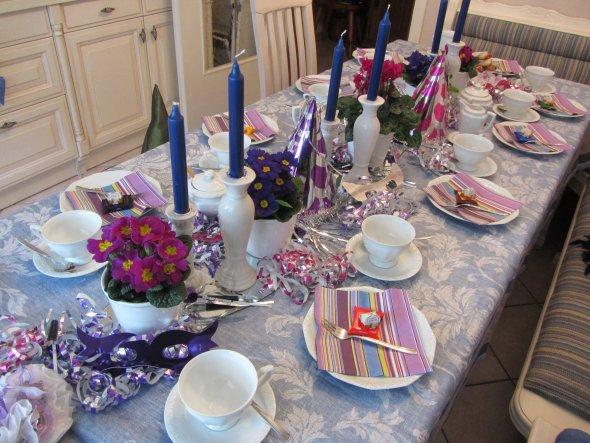11.2.13, Rosenmontag - Der Tisch ist gedeckt - nun können die Geburtstagsgäste kommen - maskiert versteht sich ;-).
