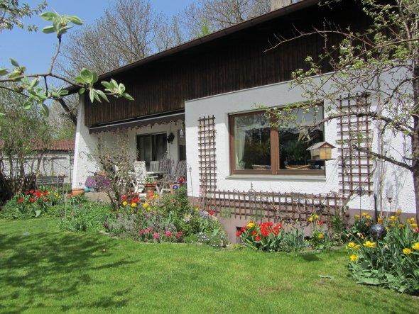 Die Ansicht zur Terrasse, jetzt noch ohne Wintergarten (der Plan ist genehmigt - bald geht´s los).