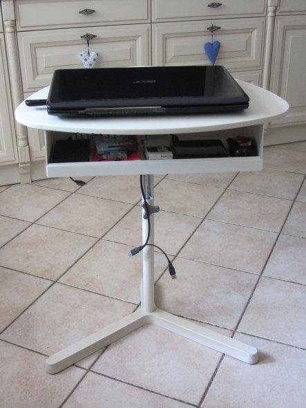 12.08.13 - Aus Plastikresten von unserem Wintergartenbau habe ich mir eine Ablage unter mein Laptop-Tischchen gebaut. So sind Festplatten u.a. Zubehör