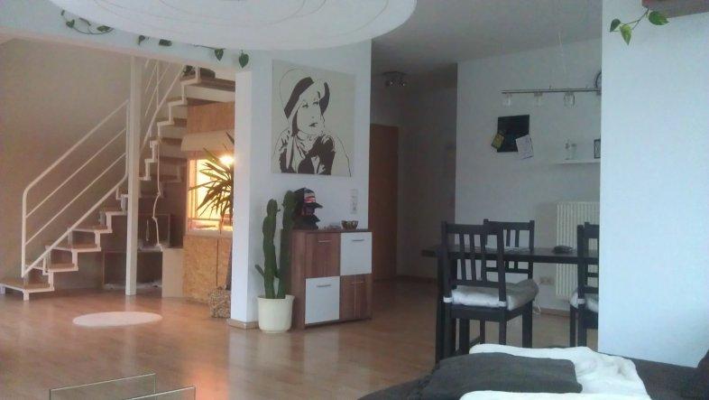 Blick vom Wohnzimmer aus zur Wohnungstür