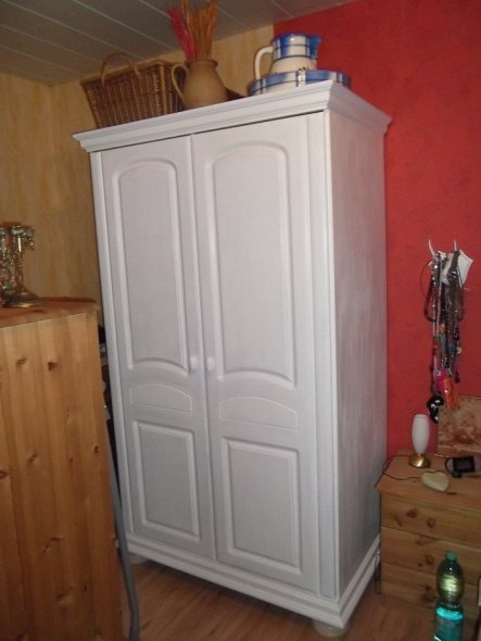 Den Schrank und ein Regal sowie eine Kommode habe ich bei Ebay ersteigert für € 1,50!!!!!! Und da mir dieser bei Abholung nicht so gefallen hat, habe