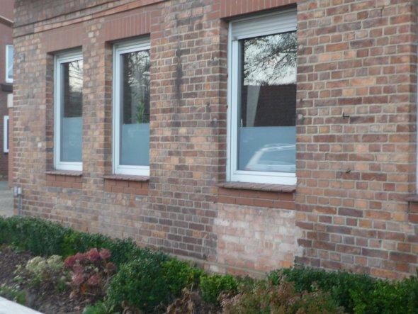 Wohnzimmerfenster mit Milchglasfolie abgeklebt