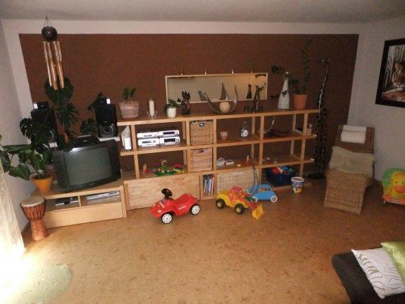 Regalwand und TV