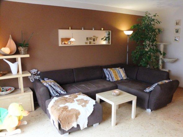 Die Couch, Blick auf den Kratzbaum etwas versteckt durch den Ficus. Das Kuhfell hat auch seinen Platz gefunden. Neue Kissenbezüge habe ich auch gefund