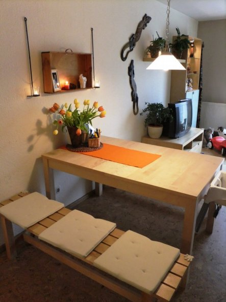 Der Essbereich, endlich gemütlich und mehr Platz. Wenn wir den Tisch quer stellen gibt es auch viel Platz für Gäste.
