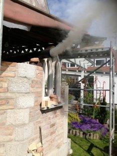 Gotische Gartenküche mit Holzbackofen im Bau