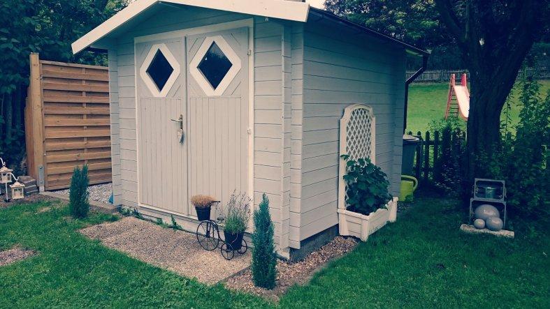 Die Hütte wurde von uns neu gestrichen..vorher war sie einfach nur braun und eher langweilig ;)