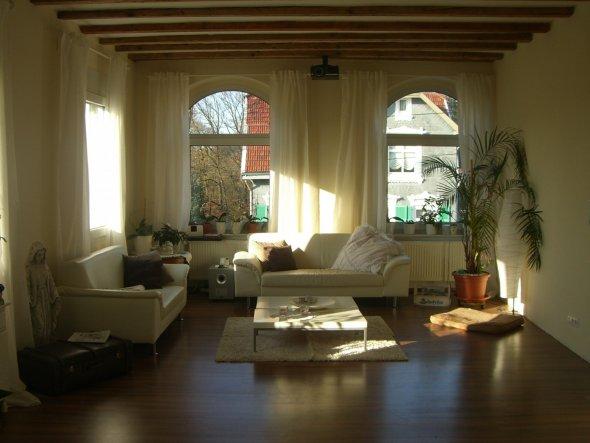 meine weiße ledercouch... die wände sind nicht so gelb wie sie hier auf dem bild wirken... muss an der sonne liegen ;)