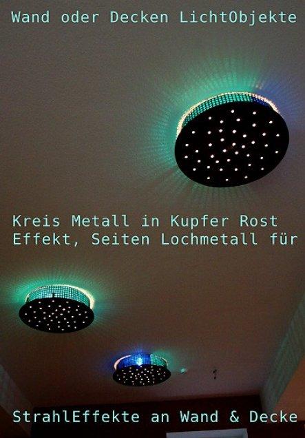 Eine an der Decke montierte Installation aus Plexiglas und seitlichen Lochmetall fliesst förmlich geschwungen durch den Raum und projeziert seitlich L