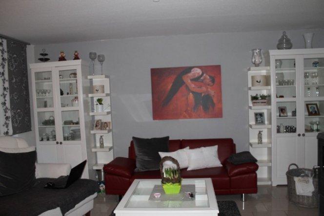 Ein Bild über der Couch und die graue Wand...