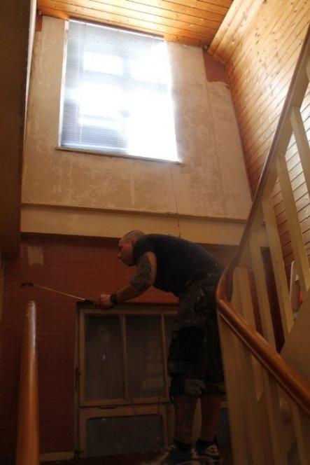 Die alten Tapeten müssen runter und das Geländer wird weiss lackiert, da wir die Wände und Türen in weiss haben wird auch hier ein dunkler Holzboden v
