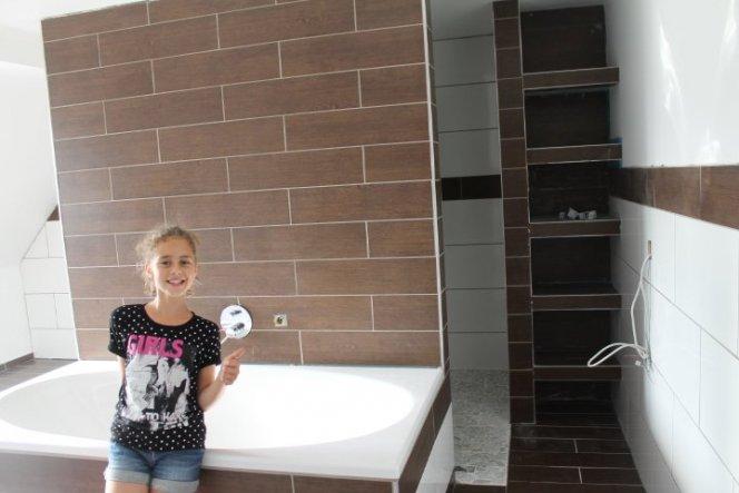 Unser neues Bad hat ca. 28 qm und wurde in 3 Bereichen aufgeteilt. Hinter der Wand mit der Wanne ist rechts eine Bodentiefe Dusche mit Flusskiesel am