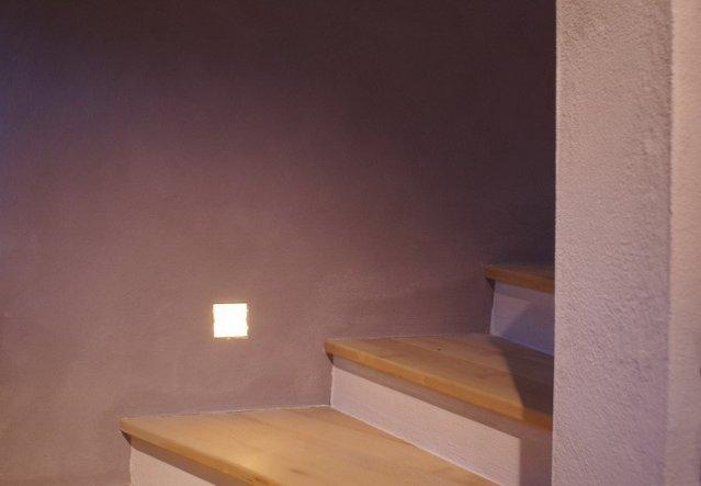 Wir haben uns für rahmenlose Wandeinbauleuchten an der Treppe nach oben entschieden. Der Einbau war zwar sehr kompliziert, aber es hat sich schon gelo