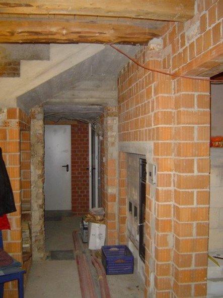 Die Diele während der Sanierung. Rechts sieht man schon die Ofentüre für den Kombinations-Grundofen. Mehr Fotos vom Ofen im Wohnzimmer.